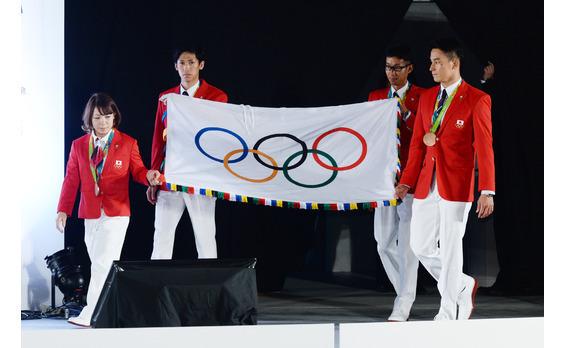 オリンピック・パラリンピックフラッグが 都民広場に翻った