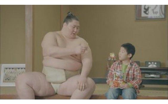 逸ノ城関がCM初出演   「ベビースター ドデカイラーメン」
