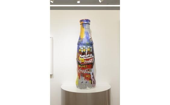 """「コカ・コーラ」ボトル100周年記念   """"コンツアーボトル""""を題材にした アート作品が一堂に!"""