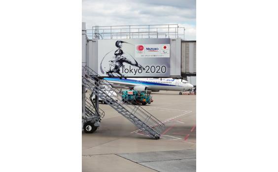 羽田空港のボーディングブリッジに、   オリンピック・パラリンピック応援ボードがお目見え