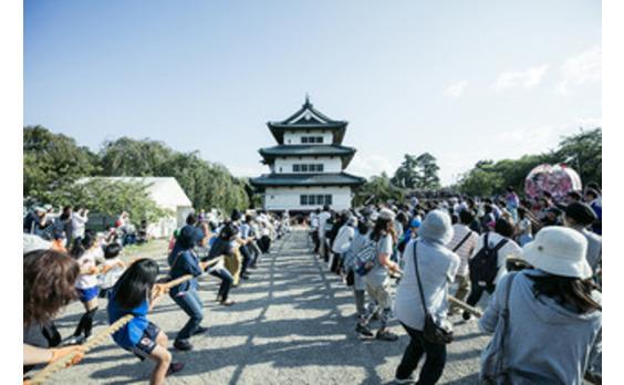 """弘前城を""""綱引き""""で動かせ! 弘前と新宿で開催された「曳屋」体験に、数万人が集結し大歓声!"""