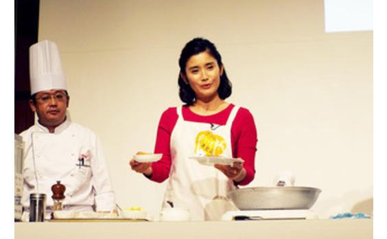 10月18日は「冷凍食品の日」 〜ココロにおいしい、冷凍食品〜 石田ひかりさんがオリジナルレシピを披露
