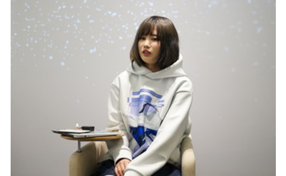 女子高生が装着完了。「きゅんくん」が開発したウエアラブルロボットとは?