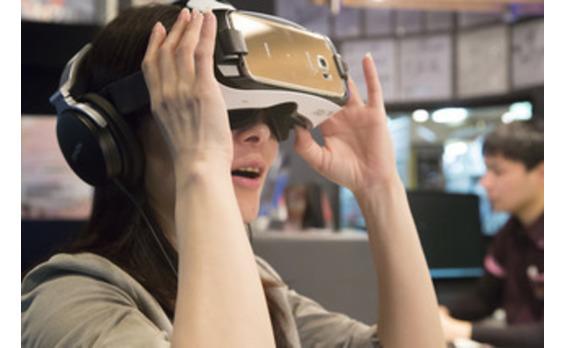 """世界初、複合カフェのバーチャルリアリティー視聴サービス「VR THEATER」本格稼働! """"VR映画館""""で 「進撃の巨人」「攻殻機動隊」など360度体感"""