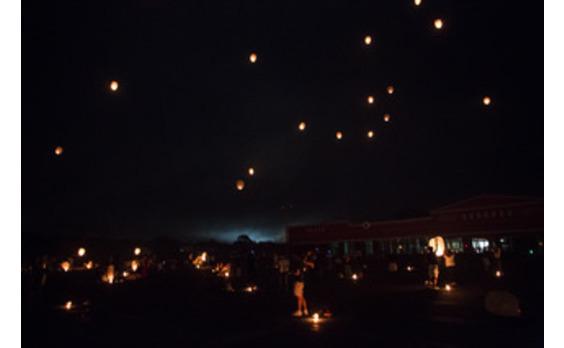 無数の炎が夜空を舞った 日本初上陸ランタンフェストをペリエと楽しむ