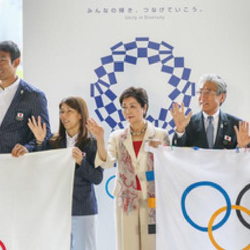 オリンピック旗が東京に! 羽田で歓迎セレモニー