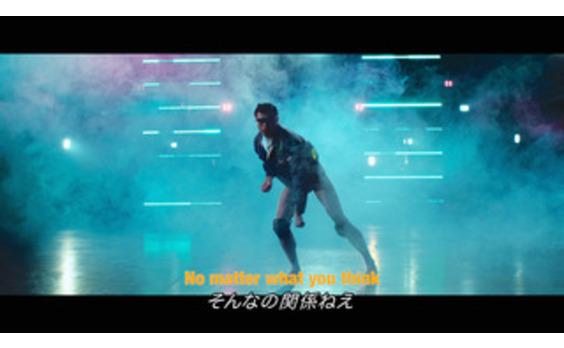 """海パン一丁から""""超クールな男""""に 変身する動画が話題"""