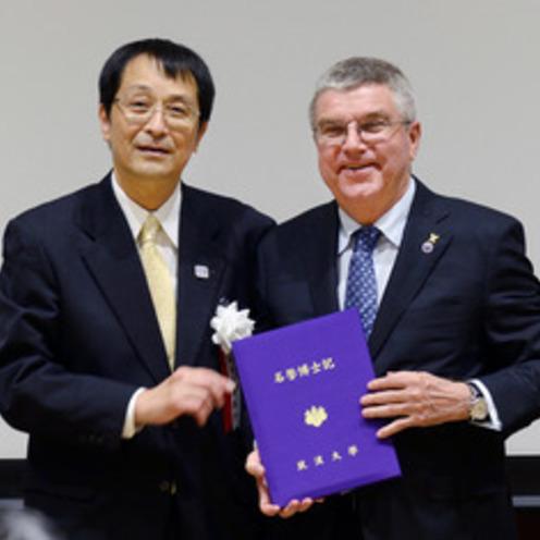 筑波大   IOC・バッハ会長に名誉博士号授与