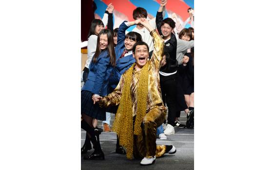 ピコ太郎さん、大原櫻子さんが 学生200人と「学割ってるダンス」!