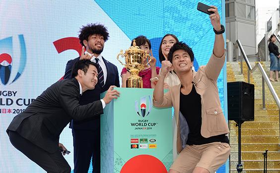 ラグビーW杯の優勝トロフィー   SHIBUYA109に降臨!