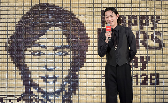 菅田将暉さん赤・黒・白の1人3役 12月12日は「ダースの日」