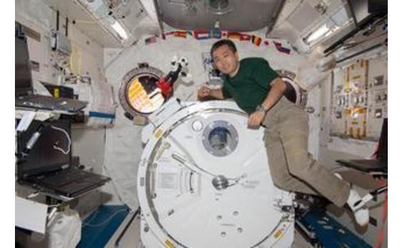 ロボット宇宙飛行士「KIROBO」と若田光一JAXA宇宙飛行士が、国際宇宙ステーションにおいて会話実験を実施