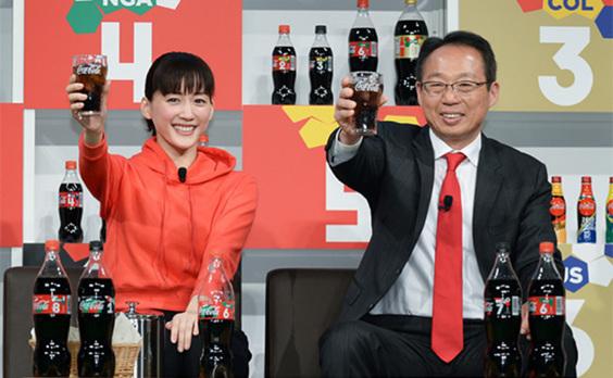 コカ・コーラがワールドカップの楽しみ方を訴求 綾瀬はるかさん、フリーキック4発命中!