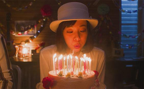 三菱地所が横浜のランドマークの周年記念にショートフィルムを公開! 不思議な会話のヒミツとは…?