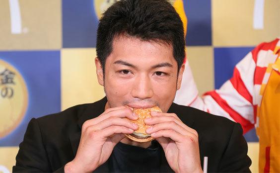 新メニュー「金の月見バーガー」登場  村田さんが絶賛!