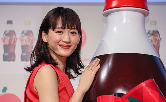 2018年「コカ・コーラ」リボンボトルPRイベント  綾瀬さんが、オリジナルドレス姿を披露