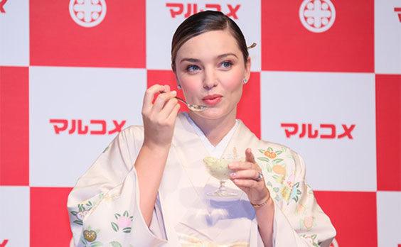 糀甘酒PRイベント  ミランダ・カーさんと小林選手が登場