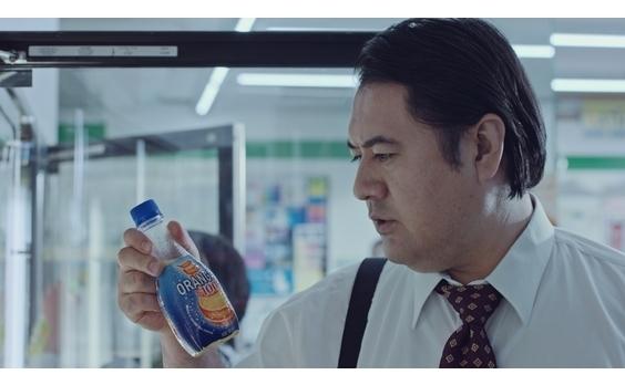 """「オランジーナ100」新ウェブ動画  """"シンデレラおじさん""""とTravis Japanが共演"""