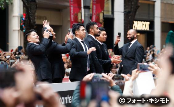 ラグビー日本代表が感謝のパレード  丸の内で5万人が熱狂