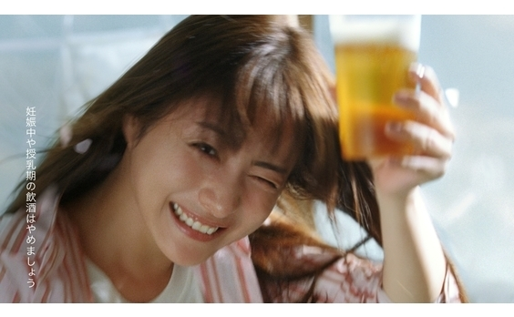 サントリービール「金麦」新CM 石原さとみさんと桜吹雪(CM動画あり)