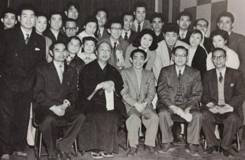 1957年、電通ラジオテレビ局時代に「エノケン・がんばれ人生」の出演者・スタッフらと(前列左端)