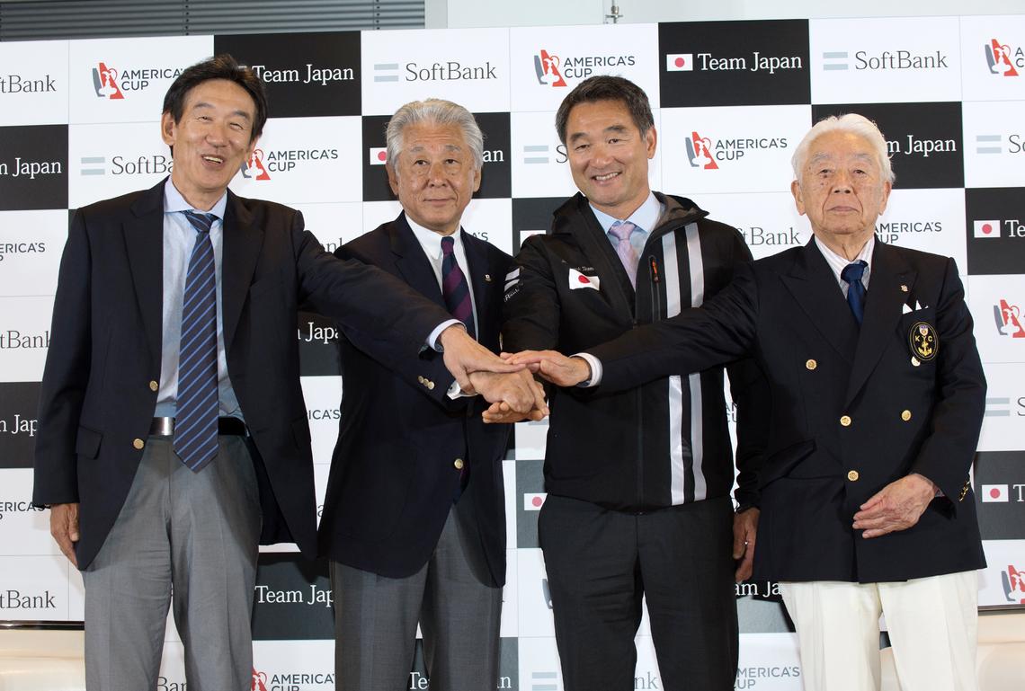 左から栗坂室長、河野会長、早福総監督、関西ヨットクラブの渡邊浩会長