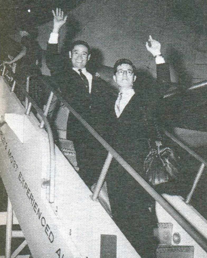 海外留学生として、羽田空港を出発する内藤。左は源