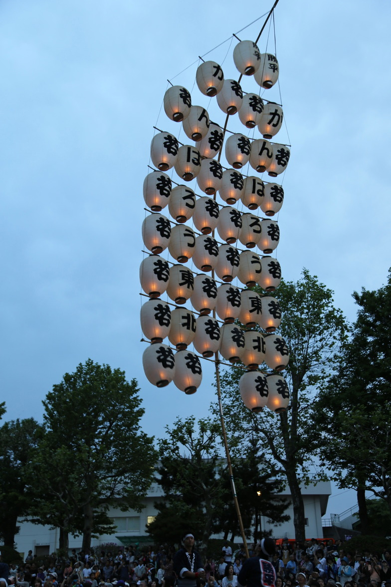東北六魂祭初。火が入った竿燈