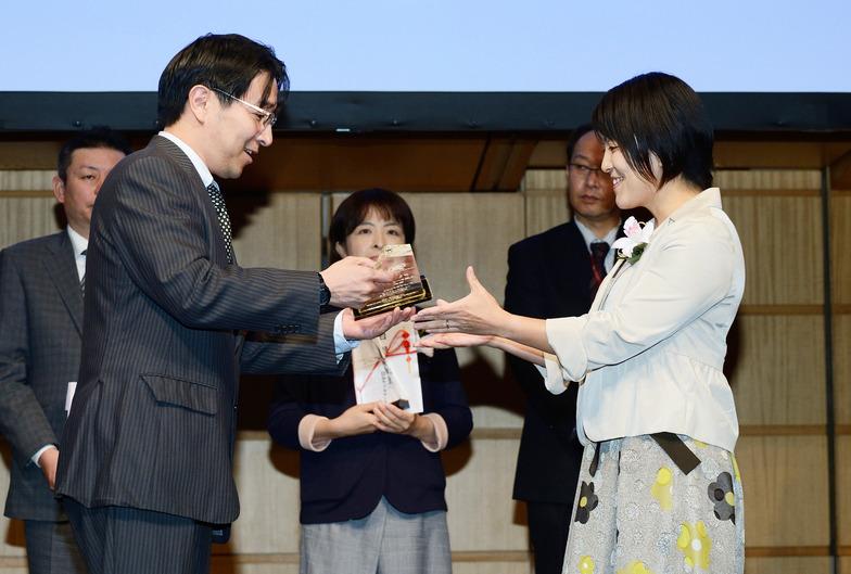 総務省・徳光歩地域放送推進室長(左)と入間ケーブルテレビ・篠田課長