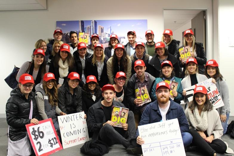 ホームレスの救済に取り組む英メディア「The Big Issue」とボランティア活動するカラ・オーストラリア