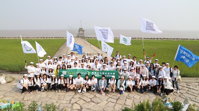 ビーチクリーン活動を行うDAN中国