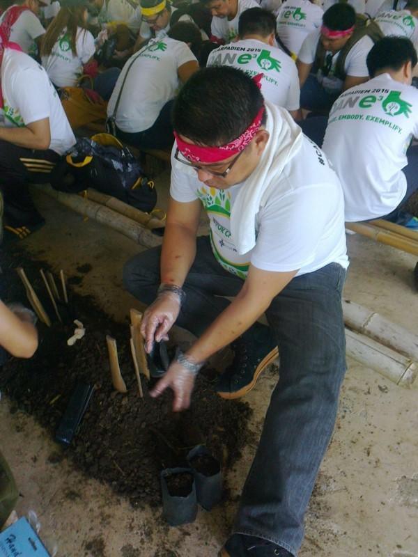 植樹活動を行うDANフィリピン