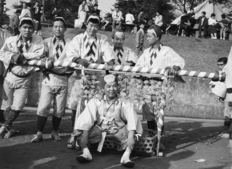 昭和40年頃の秋の全社運動会。大竹局長を乗せて駕籠かきレース