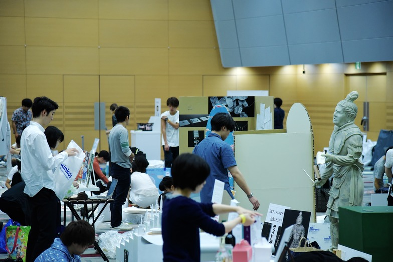 学生たち自らが作品を搬入、展示、プレゼンテーション