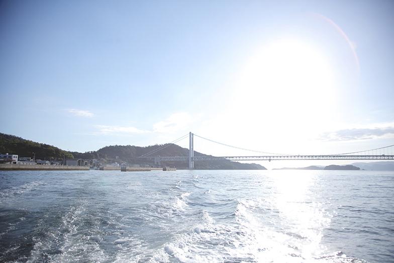 穏やかな瀬戸内海、先には瀬戸大橋が見える