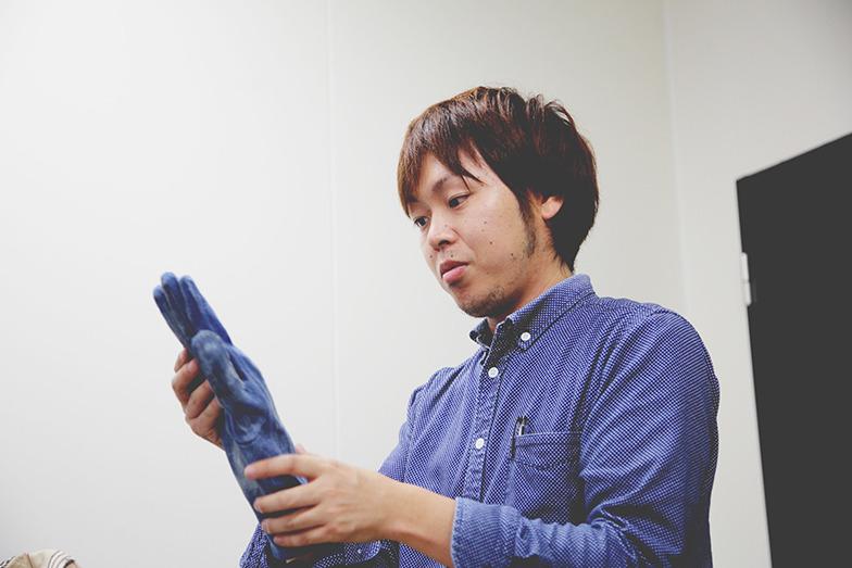 手の部分をつくるジャパンブルー永田さん