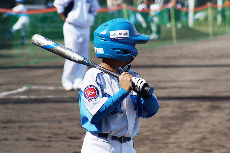 リトルリーグ出場チームのユニホームとヘルメットには協賛社ロゴ