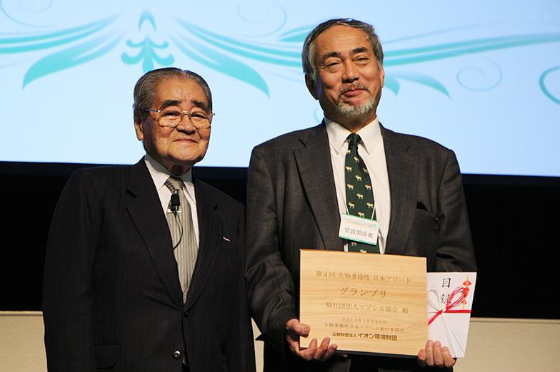 岡田卓也イオン環境財団理事長(左)とエゾシカ協会会長の近藤誠司氏