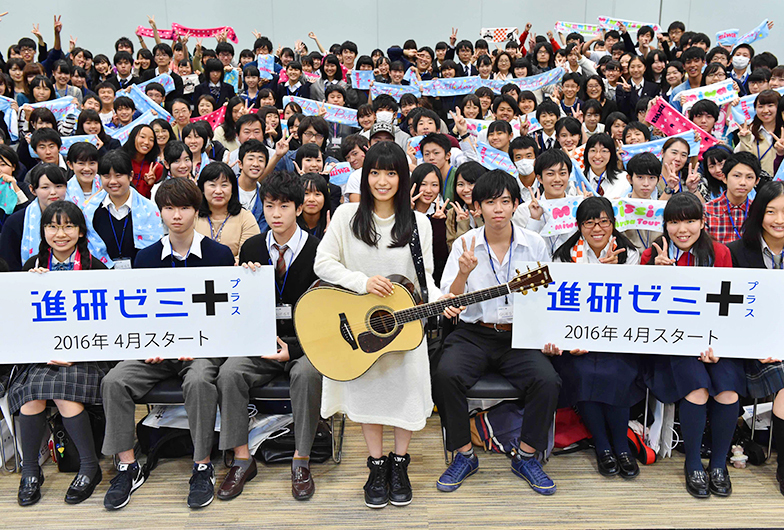 miwaさん(中央)と招待された中高生たち