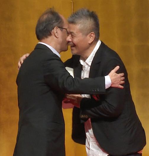 仲畑氏と抱擁を交わす糸井氏