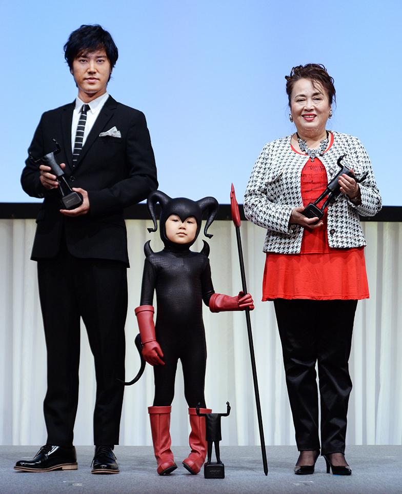 左から演技賞の俳優・桐谷健太さん、子役・寺田心くん、女優・渡辺えりさん