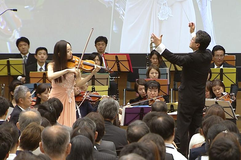 電通オーケストラと演奏する宮本さん
