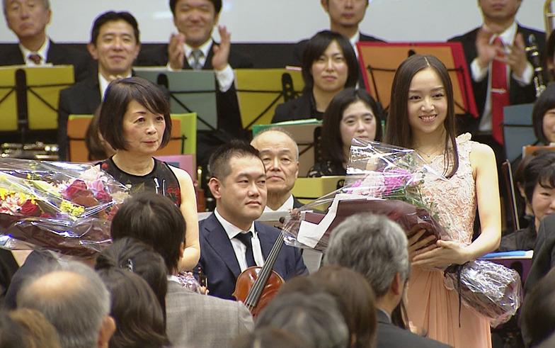 終演後の中澤きみ子さん(左)と宮本笑里さん