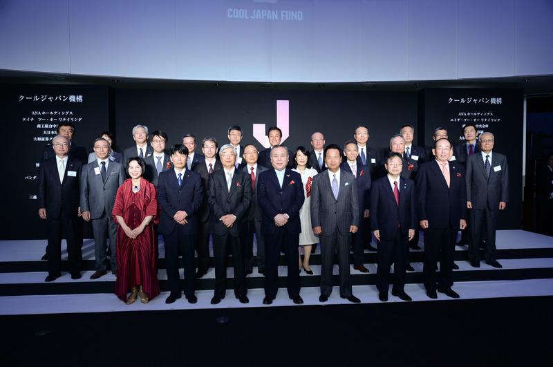 出資企業の代表らとの記念撮影