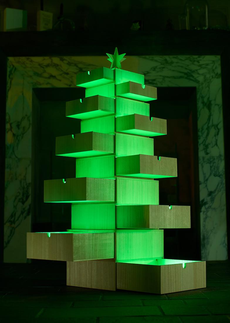 桐箱でつくるクリスマスツリー。点灯