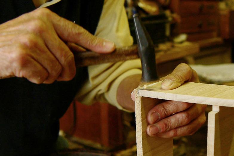 錐(きり)で開けた穴に木釘を打ち込みます