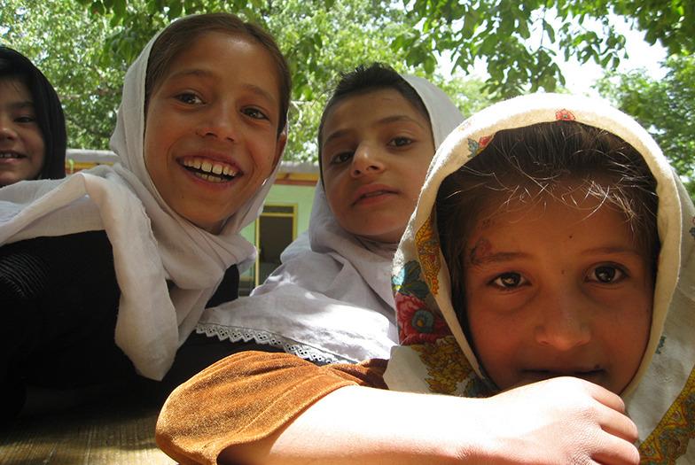 アフガニスタンの寺子屋に通う女の子たち
