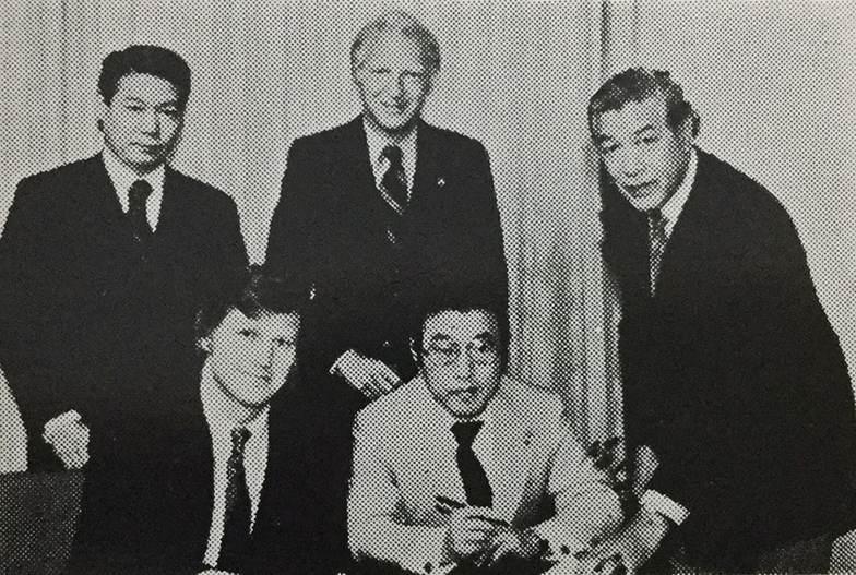 LAOOCと調印。前列中央が服部。右がジミー・福崎