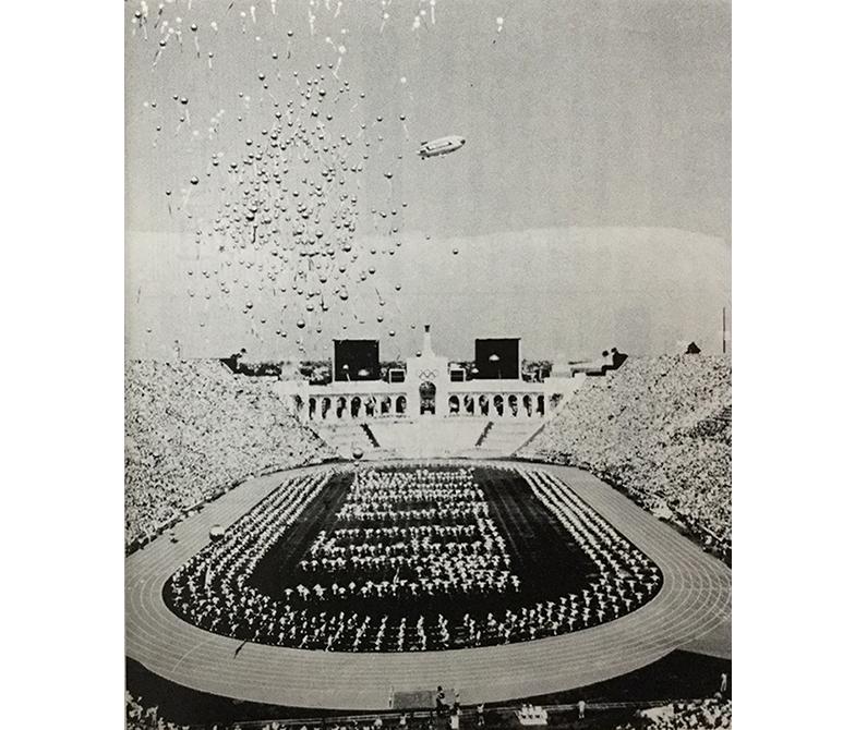 開会式の上空に富士フイルムの飛行船が