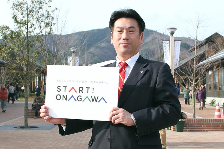 新しい街並みで旗印を掲げる須田町長
